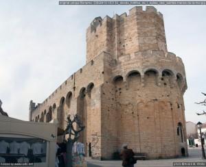 L'église telle qu'elle se dresse aujourd'hui date des XIe et XIIe siècles, les deux dernières travées ayant toutefois été refaites en partie (partie supérieure des murs et toit) au milieu du XVIIIe siècle. Le clocher a subi de son côté de nombreuses réfections, l'état actuel datant de 1901. Elle est dédiée aux Saintes Marie Jacobe et Marie Salomé (deux saintes de la famille directe de Jésus). Edifiée sur l'emplacement d'un sanctuaire déjà célèbre au 6e siècle, elle a été fortifié pour protéger les précieuses reliques présumées des saintes (ainsi que peut-être aussi les habitants du pays) contre les Sarrasins. Dans la crypte se trouve la statue de Sainte Sara, la patronne des Gitans.